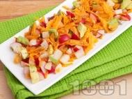 Лесна салата с моркови, репички и авокадо